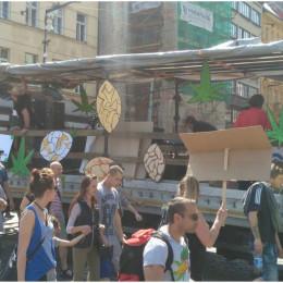 Tisíce lidí šly centrem Prahy v průvodu za legalizaci marihuany. Co vy na  to 2a3add040d